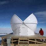 Halb geöffnete Baader Kuppel in der Antarktis