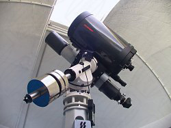 Teleskop mit Montierung in Kuppel in Namibia