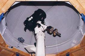 Teleskop auf Montierung in Baader Kuppel