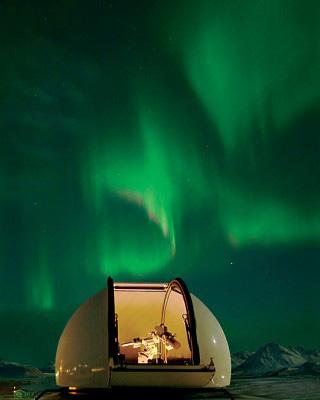 Nordlichter über der Baader Sternwartenkuppel in Norwegen Spitzbergen