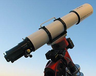 mit voll eingefahrenem Okularauszug und zurückgeschobener Taukappe ist der TEC 140 gerade mal 860mm lang (Transportmaß)