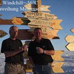 Schildeinweihung in der Antarktis bei Mitternacht