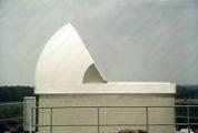 Geöffnete Klappschalen Kuppel als Observatorium von Baader Planetarium