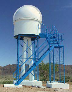 Sternwarte auf Gerüst in der Wüste Namibia