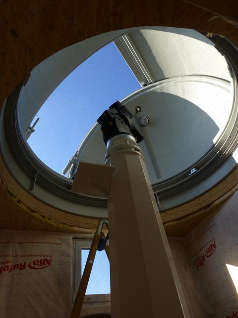 Montierung und Stahlsäule in privater Sternwartenkuppel