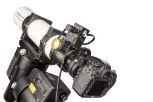 Baader Steeldrive II Fokussiermotor, Baader BDS Diamond Steeltrack® und Nikon DSLR-Kamera im Einsatz an Baader Apo 95/560 Travel Companion auf 10Micron GM 1000 HPS Montierung