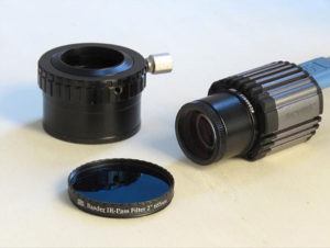 """Das Bild zeigt den 2""""/1¼"""" Adapter, die Skyris 445M mit in die Steckhülse eingeschraubten Barlowelement und das 2"""" IR Passfilter, welches direkt in den 2"""" Adapter eingeschraubt werden kann."""