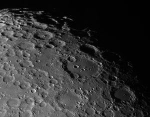 Die Umgebung des Krater Clavius, aufgenommen im Fokus eines C8 (f = 2000mm), einer Celestron Skyris 445M und Baader IR Passfilter. 144/1800 frames gestackt mit AviStack. Aufnahme vom 22. Juli 2018.