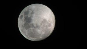 Fast-Vollmond mit iPhone 5S durch AstroMaster 70AZ, Bild: Alexander Kerste/Fernglas-astronomie.de