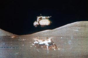 Life übertragenes Fernsehbild vom Rückstart Apollo 17 in die Mondumlaufbahn zur Kopplung an das Kommandomodul, @NASA