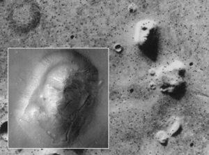 """Das """"Marsgesicht"""". Insert: HiRISE-Kamera des Mars Reconnaissance Orbiters, 2007. Quelle: JPL, NASA"""