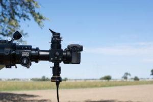 Eine Guidingkamera mit längerer Steckhülse: T-2-Verlängerungen an Okular und Kamera sorgen für gleiche Fokuslagen.