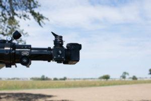 Spiegellose und CCD-Kameras benötigen weniger Backfokus, daher können die Verlängerungshülsen entfallen, aber der Okularauszug muss weiter ausgefahren werden.