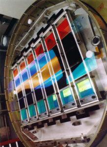 SDSS-Kamera mit den fünf verschiedenfarbigen Filtern vor jeweils sechs CCDs.